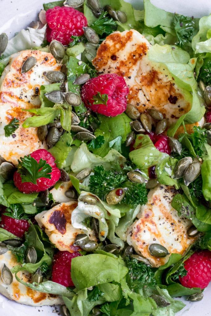 Keto halloumi salad with raspberries and pumpkin seeds
