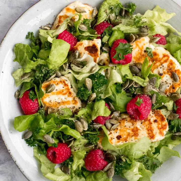 Keto grilled halloumi salad with raspberries and pumpkin seeds