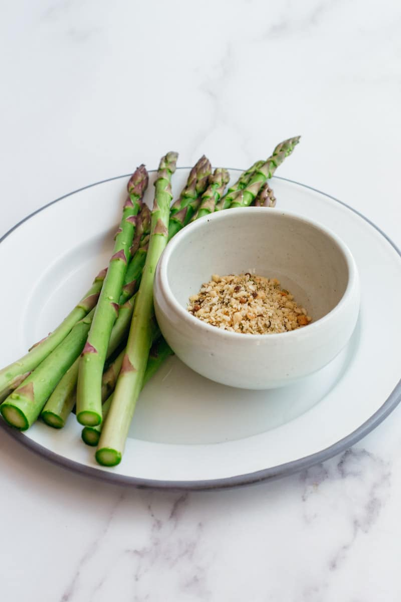 Raw asparagus and Dukkah